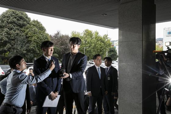 조국 법무부 장관이 20일 첫번째 '검사와의 대화'를 위해 의정부지검에 도착해 기자들의 질문에 답하고 있다. 전민규 기자