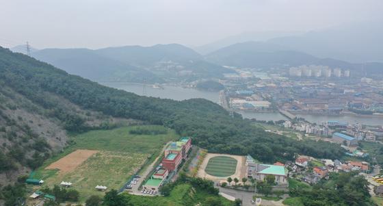 지난달 19일 오후 경남 창원시 진해구에 있는 웅동중학교. 이 학교는 조국 법무부 장관 일가가 소유한 학교법인 웅동학원 소유의 사립중학교다. [연합뉴스]
