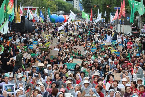 국제 기후행동 주간을 맞아 21일 오후 서울 종로구 대학로에서 열린 '9·21 기후위기 비상행동'에서 참가자들이 온실가스 배출 제로와 기후 비상선언 선포를 촉구하는 구호를 외치고 있다. [연합뉴스]