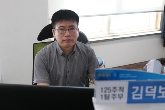김덕보 서울세관 125추적1팀장이 사무실에서 포즈를 취했다. [관세청]