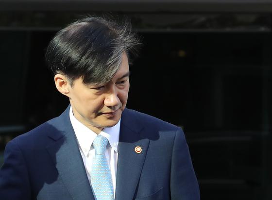 조국 법무부 장관이 23일 오전 서울 서초구 방배동 자택에서 나오고 있다. [연합뉴스]