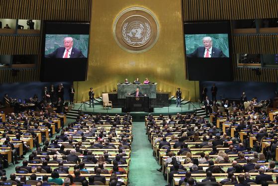 """도널드 트럼프 미국 대통령이 2018년 9월 25일 유엔총회 연설에서 """"북한과 갈등의 유령을 대담하고 새로운 평화의 추구로 대체하기 위해 대화하고 있다""""고 말했다.[AFP=연합뉴스]"""