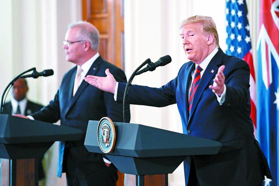 도널드 트럼프 미 대통령(오른쪽)이 20일 스콧 모리슨 호주총리와의 정상회담 뒤 백악관에서 기자회견을 하고 있다. [AP=연합뉴스]