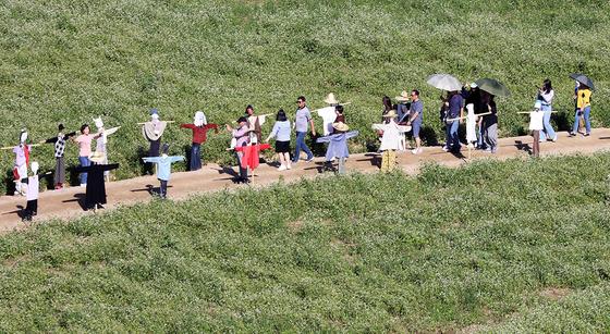 추석 연휴 마지막날인 15일 오후 평창군 봉평면 문화마을 일원에서 열린 평창효석문화제를 찾은 관광객들이 휴일을 즐기고 있다. [뉴스1]