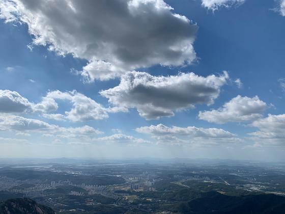 태풍 타파가 지나간 23일 서울 북한산 백운대에서 바라본 서울 도심에 파란 하늘이 펼쳐져 있다. 24일은 전국적으로 10도 안팎의 큰 일교차가 나타날 것으로 기상청이 예보했다.[뉴스1]