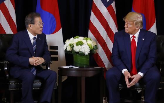 문재인 대통령이 23일 오후 (현지시간) 미국 뉴욕 인터콘티넨탈 호텔에서 도널드 트럼프 미국 대통령을 만나 얘기를 나누고 있다. [연합뉴스]
