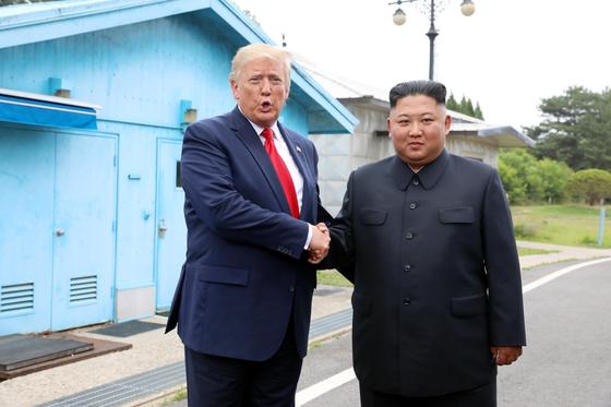 지난 6월 30일 판문점 공동경비구역(JSA)에서 만난 트럼프 대통령과 김정은 국무위원장. [청와대사진기자단]