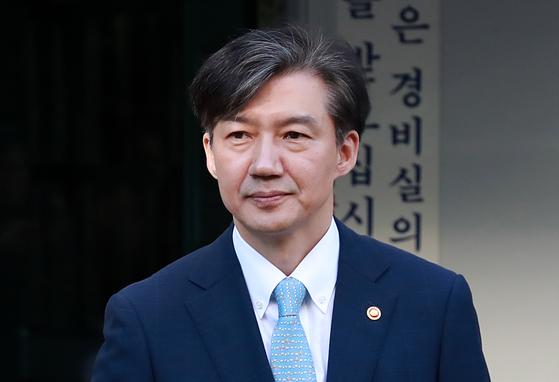 조국 법무부 장관이 23일 오전 서울 서초구 방배동 자택을 나서고 있다. [뉴시스]