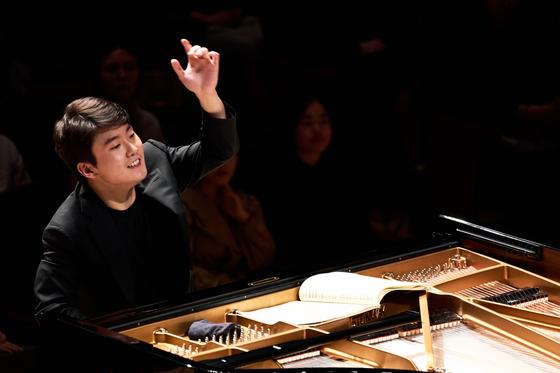 피아니스트 조성진이 22일 통영에서 지휘자로 첫 무대에 올랐다. [사진 통영국제음악재단]