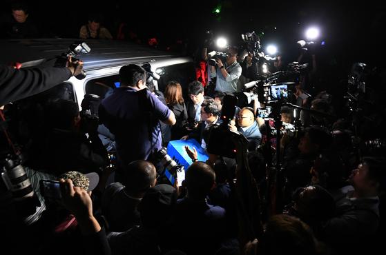 23일 오후 서울 서초구 방배동 조국 법무부 장관의 자택에서 검찰 관계자들이 압수 수색을 마치고 밖으로 나서고 있다. [연합뉴스]