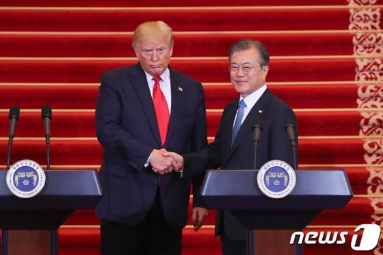 문재인 대통령과 트럼프 미국 대통령이 지난 6월 30일 오후 청와대에서 열린 공동기자회견에서 악수를 하고 있다. [뉴스1]