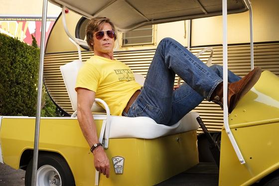 영화 '원스 어폰 어 타임 인... 할리우드'에서 브래드 피트는 청바지에 티셔츠 차림을 고수한다. 여기에 하와이안 셔츠를 곁들여 멋스럽게 변주. [사진 소니픽처스코리아]