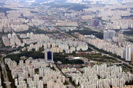 1988년'주택 200만호 건설'을 내세운 노태우 정권의 주도로 서울에서 직선거리로 20~25㎞ 거리 5곳에 1기 신도시가 조성됐다. 1기 신도시인 분당신도시 전경. [중앙포토]