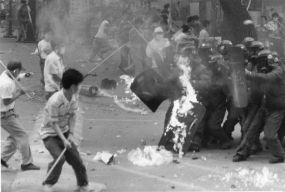 60년대에 태어나 80년대 대학을 다닌 386세대는 민주화를 위해 청춘을 헌신한 세대이자 2019년 현재 한국의 기득권이다. 이들은 정치·경제·사회 등 전 분야에 걸쳐 권력을 손에 넣은 뒤 장기집권하는 '불로장생의 세대'가 됐다. 사진은 80년대 민주화를 외치며 경찰과 대치중인 운동권 대학생들. [중앙포토]