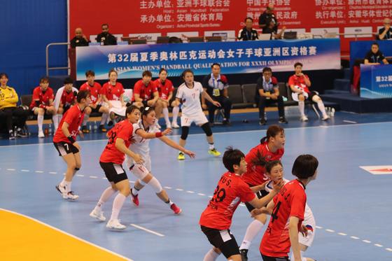 북한 선수들(흰 유니폼)의 공간 침투를 저지하는 여자 핸드볼 대표팀. [사진 대한핸드볼협회]