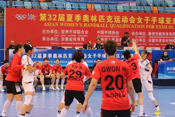 23일 중국 추저우에서 열린 도쿄올림픽 아시아 예선에서 여자 핸드볼 대표팀(붉은 유니폼)이 북한 선수들과 경기하고 있다. [사진 대한핸드볼협회]