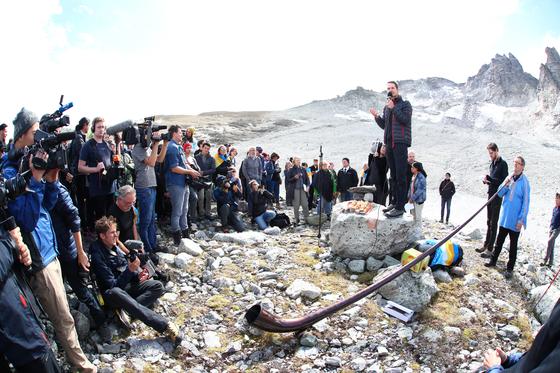 지난 22일(현지시간) 스위스 알프스산맥 피졸에서 빙하 장례식이 진행됐다. [로이터=연합뉴스]