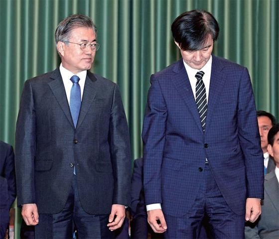 문재인 대통령(왼쪽)이 9월 9일 청와대에서 열린 장관 임명장 수여식에서 조국 법무부 장관과 나란히 섰다. [청와대사진기자단]