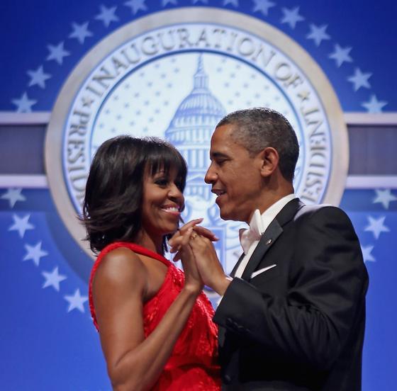 2013년 1월 두 번째 임기를 시작한 버락 오바마 전 미국 대통령과 아내 미셸 오바마가 워싱턴D.C. 월터워싱턴 컨벤션센터에서 함께 춤을 추고 있다. [UPI=연합뉴스]