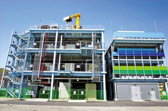 한국남동발전은 지난 4월 분당발전본부에서 마지막 공정인 4단계(왼쪽)와 6단계의 수소연료전지 발전설비를 성공적으로 구축하며 국내 수소경제 활성화에 앞장서고 있다. [사진 한국남동발전]