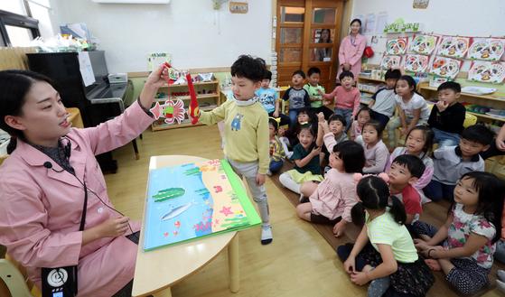 23일 오전 서울 동작구 신영어린이집 6~7세반 어린이들이 어린이급식관리지원센터 영양 교육을 받고 있다. 변선구 기자