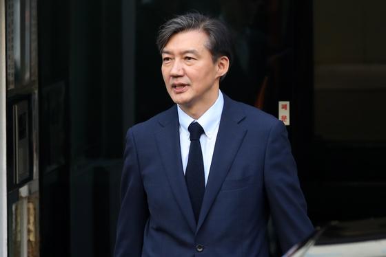 조국 법무부 장관이 25일 오전 서울 서초구 방배동 자택을 나서고 있다. [뉴스1]