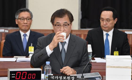 국회 정보위가 24일 오전 서훈 국정원장이 참석한 가운데 열렸다. 서훈원장이 물을 마시고 있다. 2019.9.24 김경록 기자