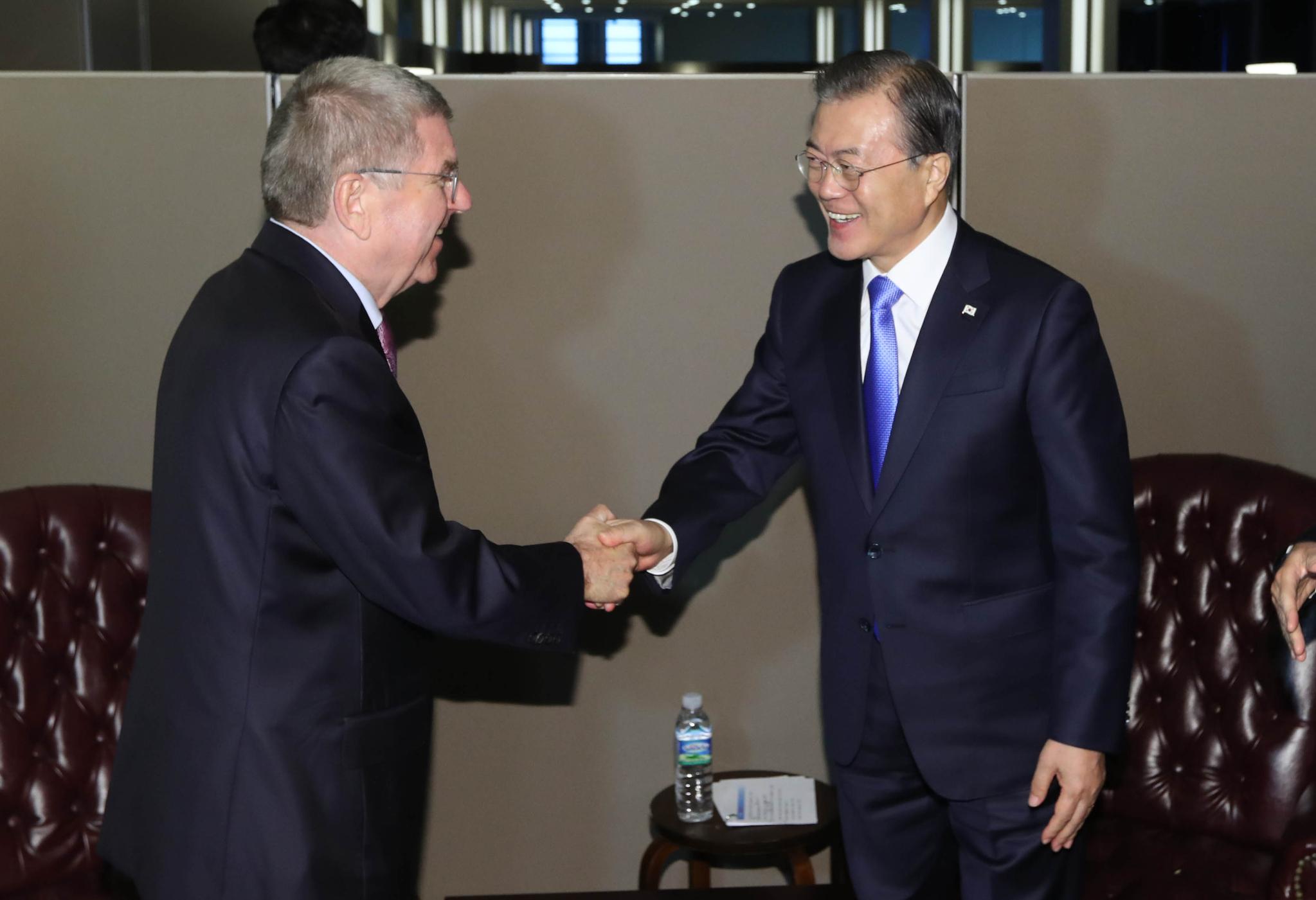 문재인 대통령과 토마스 바흐 IOC 위원장이 24일 오후(현지시간) 뉴욕 유엔본부에서 만나고 있다. [연합뉴스]