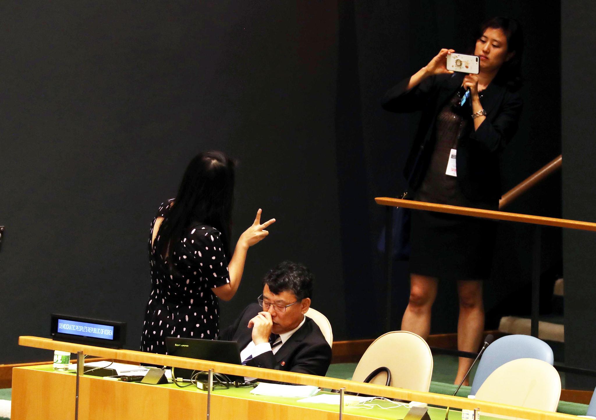 북한 유엔대표부가 24일 오후(현지시간) 뉴욕 유엔 총회장에서 문재인 대통령의 기조연설을 듣고 있다. 그 뒤에 유엔 관계자들이 기념촬영을 하고 있다. 강정현 기자