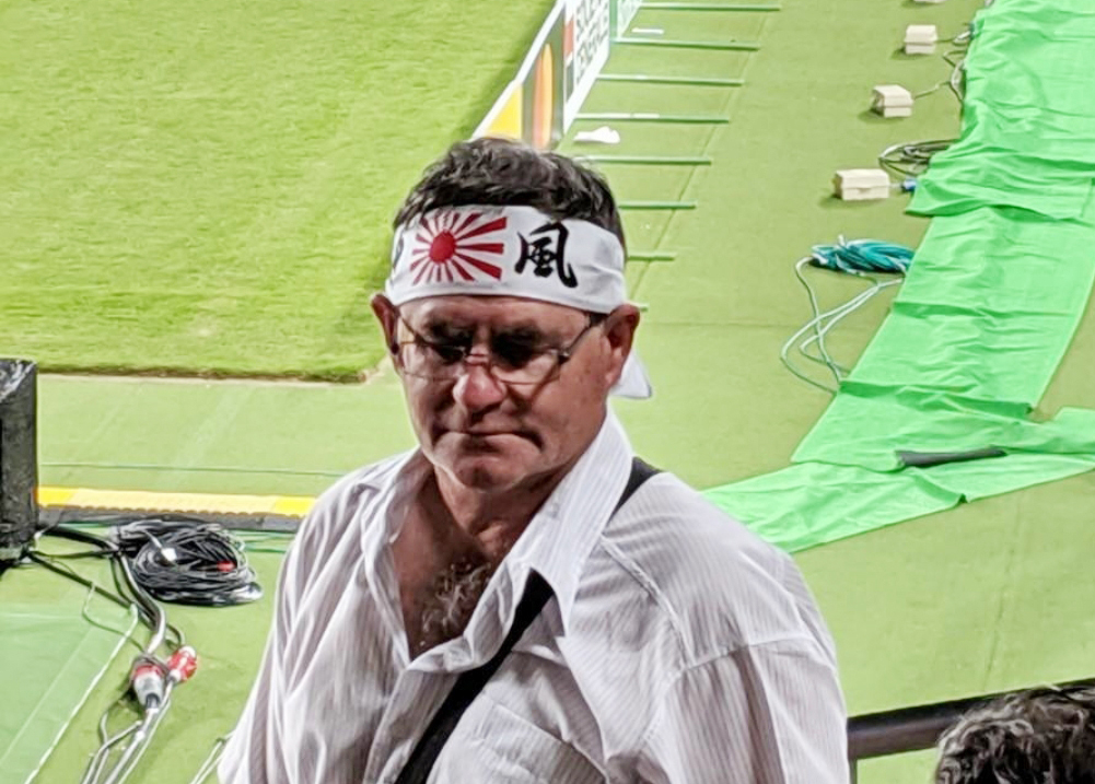 럭비 월드컵 개막식에서 욱일기 문양의 머리띠를 둘러맨 서양인 관중. [사진 서경덕 교수 제공]