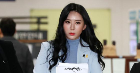 경찰이 윤지오씨의 후원금 사기 의혹 등과 관련해 강제수사 절차에 착수했다. [뉴스1]
