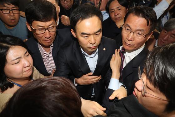 채이배 바른미래당 의원(가운데)이 지난 4월 25일 오후 국회 의원회관 자신의 사무실에서 자유한국당 의원들에 의해 갇혀있다 국회 방호과 직원들과 함께 빠져나오고 있다. 김경록 기자
