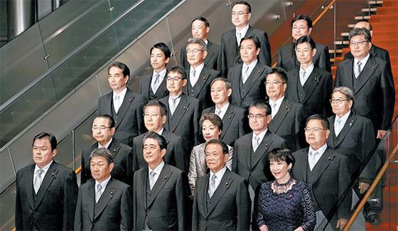 아베 신조 일본 총리가 지난 11일 개각을 단행한 뒤 새 내각 각료들과 함께 도쿄 총리 관저에서 기념촬영을 하고있다. [도쿄 EPA=연합뉴스]