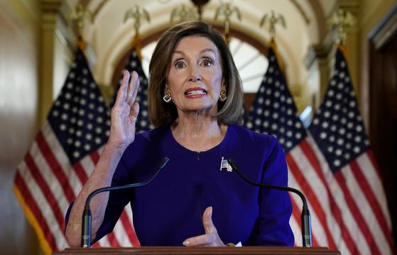 낸시 펠로시 미 하원의장이 24일(현지시간) 도널드 트럼프 미국 대통령에 대한 탄핵 조사 개시를 공식 발표했다. [AP=연합뉴스]