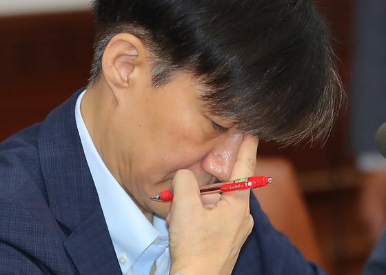 (조국 법무부 장관이 24일 오전 서울 세종로 정부서울청사에서 열린 국무회의에서 이낙연 총리의 모두발언을 듣고 있다. [뉴스1]