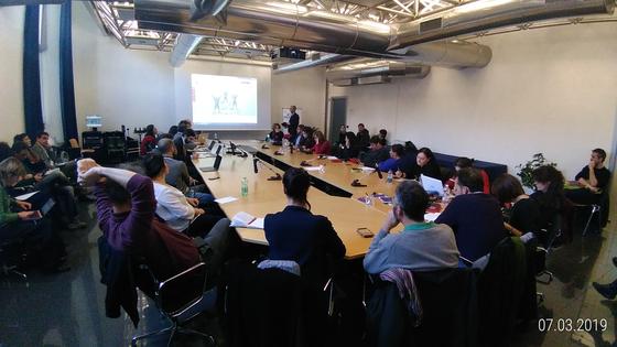 이탈리아 URBinclusion의 현장 회의 모습. 지역 이해관계자들을 연결해 민관 합작 투자 사업을 만들어가는 프로젝트다. [ 사진 서울디자인재단]