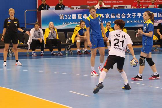여자 핸드볼 대표팀이 카자흐스탄을 꺾고 도쿄올림픽 아시아 예선 2연승을 기록했다. 사진은 득점하는 조하랑(등번호 21번). [사진 대한핸드볼협회]