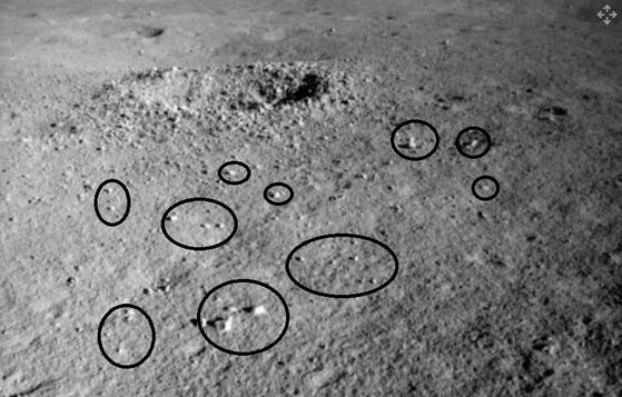 창사 4호 탐사로버 위투-2가 포착한 달 뒷 표면 미확인 물질. [ourspace/qq.com]