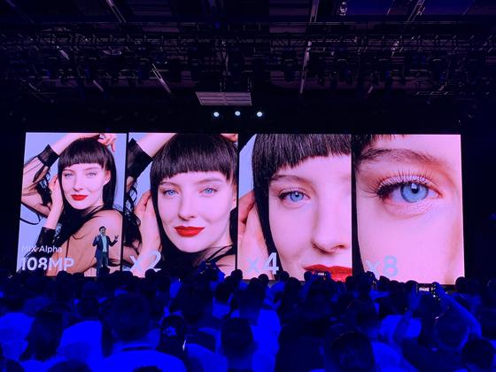 24일 베이징 샤오미IT파크에서 열린 샤오미 신제품 발표회에서 레이쥔 샤오미 회장이 신제품 '샤오미 믹스 알파'의 1억 화소 카메라 기능을 설명하고 있다. 신경진 기자