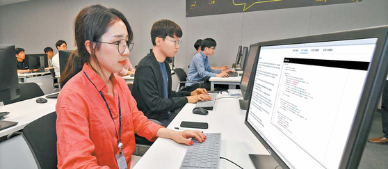 현대모비스는 소프트웨어 전문 인력 양성에 역량을 집중하고 있다. 최근에는 전사적인 '소프트웨어 알고리즘 경연대회'를 열기도 했다. [사진 현대모비스]