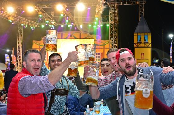 남해 독일마을 맥주축제를 찾은 외국인들이 건배를 외치며 즐거워 하고 있다. [사진 남해군]