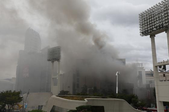 지난 22일 오전 서울 제일평화시장에서 화재가 발생해 약 16시간 만에 진화됐다. 합동감식반은 25일 2차 감식을 진행, 확보된 감정자료를 국과수에 보내 분석을 의뢰했다. [뉴스1]
