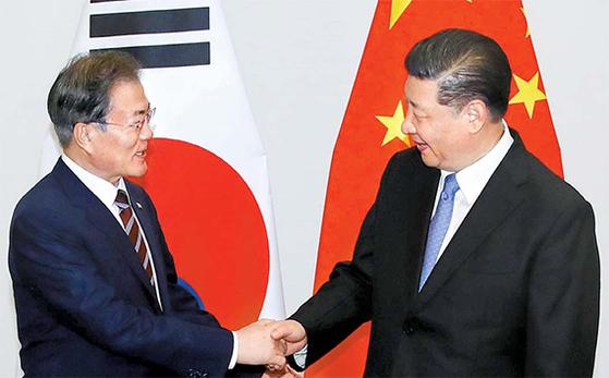 지난 6월 27일 G20 정상회의 참석차 일본을 방문한 문재인 대통령이 시진핑 중국 국가주석과 오사카 웨스틴호텔에서 열린 정상회담에 앞서 악수하고 있다. 강정현 기자