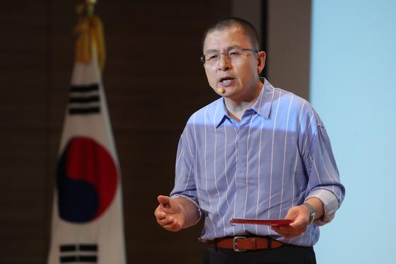 황교안 자유한국당 대표가 22일 서울 여의도 국회에서 열린 '민부론' 발간 국민보고대회에서 프리젠테이션 발표를 하고 있다. [뉴스1]