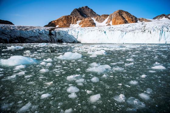 그린란드의 빙하가 녹아 바다에 떠 있는 모습. [AFP=연합뉴스]