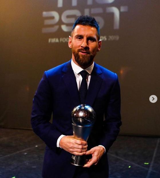 메시(왼쪽)는 24일 FIFA 올해의 선수상 트로피를 든 사진을 인스타그램에 올렸다. [사진 메시 인스타그램]
