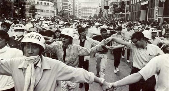 전공투의 시위 모습. 전공투는 기존 일본 학생운동과 달리 바리케이트를 치고 쇠파이프를 휘두르며 격렬 시위를 벌였다. [중앙포토]