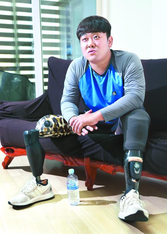 하재헌 중사가 하남 미사리 조정 대표선수 숙소에서 중앙일보와 인터뷰를 하고 있다. 하 전 중사는 2015년 북한의 지뢰 도발로 두다리를 잃고 전역했다. 최승식 기자