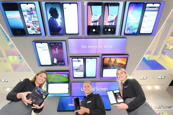 LG V50S 씽큐는 이달 초 독일 베를린에서 열린 유럽 최대 가전쇼(IFA 2019)에서 '최고상(Best of IFA 2019)'을 수상했다. 6.4인치 두 개의 화면과 3200만 화소의 전면 카메라가 실용성 면에서 높은 평가를 받았다. [사진 LG전자]