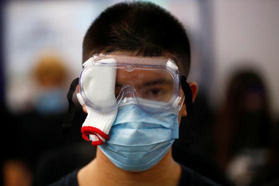마스크를 쓴 시위대. 8월 21일 홍콩 도심 시위에 참가했다. [로이터=연합]